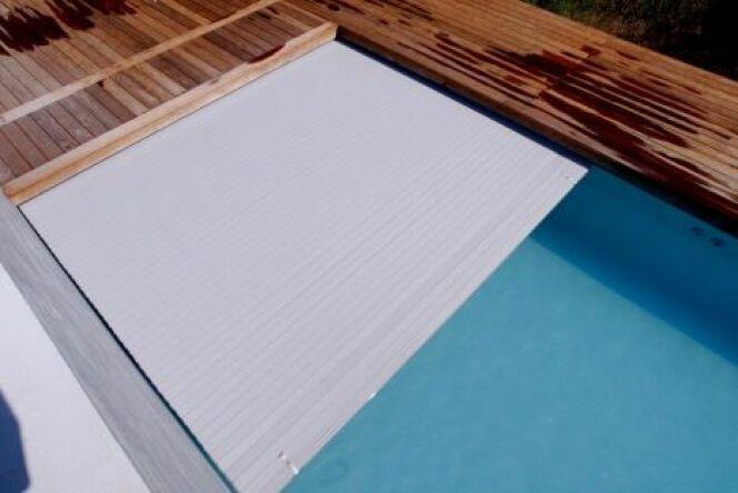 """Le volet électrique de piscine se déplie et se replie sans effort.<span class=""""normal italic petit"""">© L'esprit piscine</span>"""