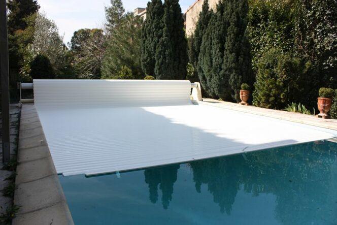 """Le volet flottant est une solution esthétique pour recouvrir votre piscine.<span class=""""normal italic petit"""">© abrineo</span>"""