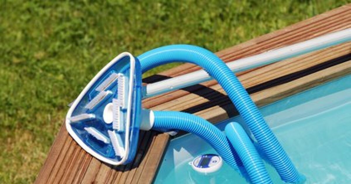 Le balai aspirateur de piscine pour nettoyer plus vite for Nettoyage piscine balai manuel