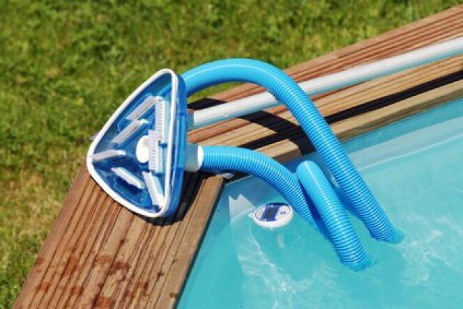 """Le balai aspirateur de piscine : pour nettoyer plus vite<span class=""""normal italic petit"""">© Fotolia</span>"""