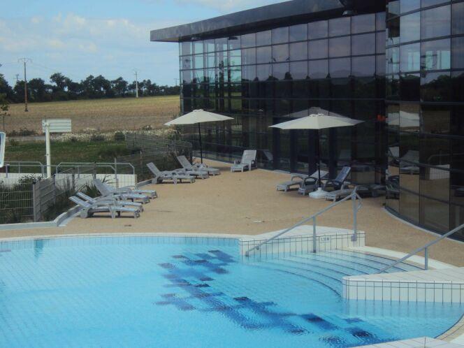 Le bassin extérieur de la piscine Aquagolfe et son solarium à Surzur