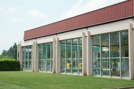 Le bâtiment de la piscine du parc Aquavert à Francheville