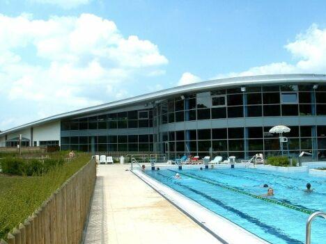 """Le centre aquatique Aqualis et son bassin sportif extérieur<span class=""""normal italic"""">DR</span>"""