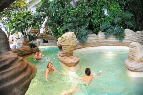 """Le centre aquatique Aquariaz à Avoriaz : dépaysement garanti !<span class=""""normal italic petit"""">© V.Dupé Avoriaz tourisme</span>"""