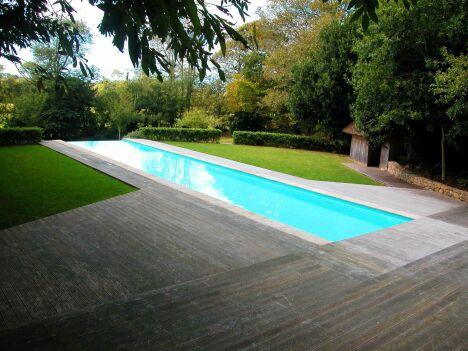 """Le couloir de nage extérieur à débordement sur largeur par Esprit Piscine<span class=""""normal italic petit"""">© L'Esprit Piscine</span>"""