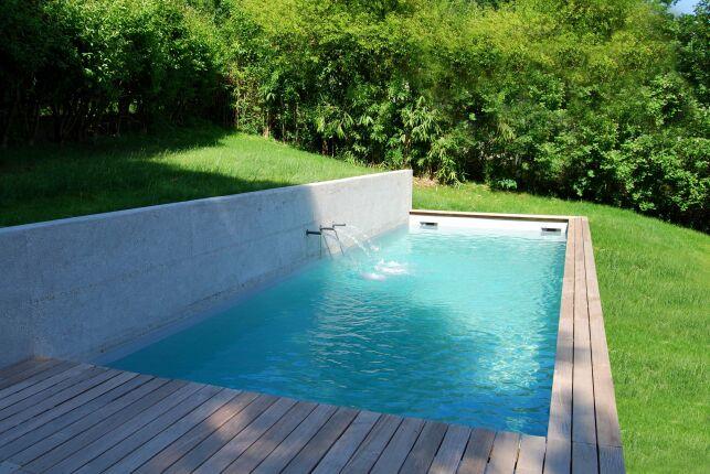 Le couloir de nage extérieur entouré de teck par Esprit Piscine