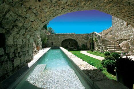 """Le décor autour de la piscine <span class=""""normal italic"""">© Diffazur</span>"""