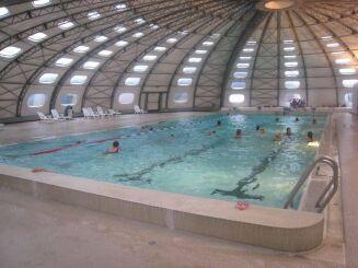 Le grand bassin de la piscine de Privas couvert