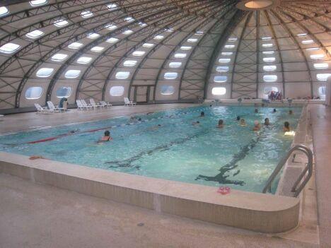 """Le grand bassin de la piscine de Privas couvert<span class=""""normal italic petit"""">DR</span>"""