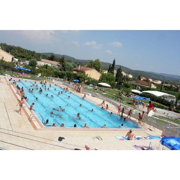 génial Le grand bassin de natation à la piscine de Pernes les Fontaines fleche