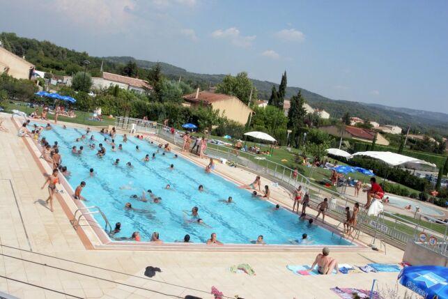 Le grand bassin de natation à la piscine de Pernes les Fontaines