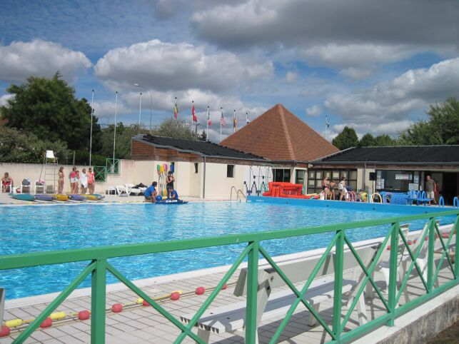 Le grand bassin de natation de la piscine de Valençay.