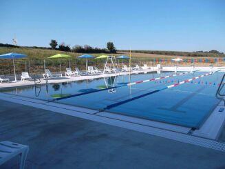 Le grand bassin de natation extérieur au centre aquatique Plouf de Château du Loir