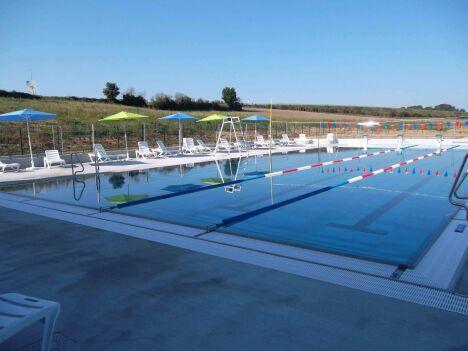"""Le grand bassin de natation extérieur au centre aquatique Plouf de Château du Loir<span class=""""normal italic petit"""">DR</span>"""