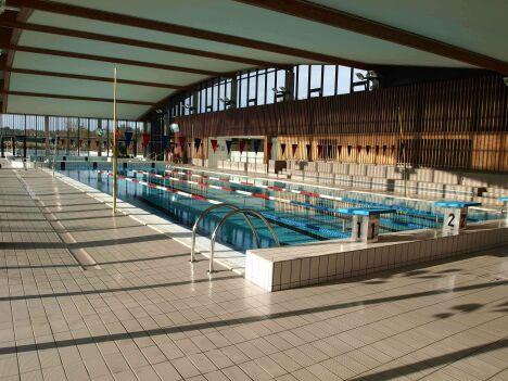 Le grand bassin intérieur du centre aquatique Plouf à Château du Loir