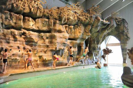 Le mur d'escalade au centre aquatique Aquariaz d'Avoriaz
