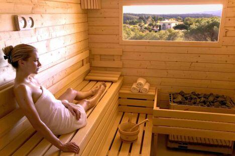 """Le sauna en bois clair massif permet de profiter des essences bienfaitrices de l'épicéa finlandais.<span class=""""normal italic petit"""">© Clair Azur Spas</span>"""