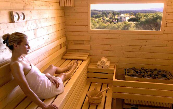 Le sauna en bois clair massif permet de profiter des essences bienfaitrices de l'épicéa finlandais. © Clair Azur Spas