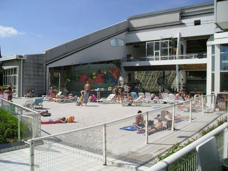 """Le solarium de la piscine l'Ile Bleue à Seynod<span class=""""normal italic petit"""">DR</span>"""