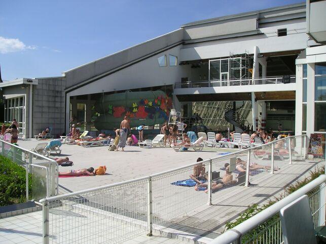 Le solarium de la piscine l'Ile Bleue à Seynod