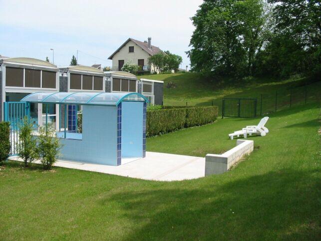 Le solarium extérieur de la piscine à Saint Mihiel