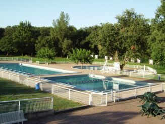 Le solarium permet de se détendre au bord des bassins à la piscine de Montaigut sur Save