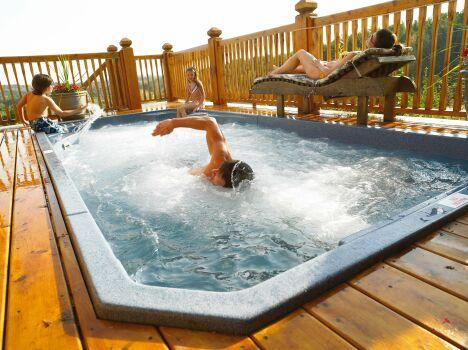 """Le spa de nage Acrylique fait le bonheur des sportifs, des enfants et des personnes en quête de relaxation<span class=""""normal italic petit"""">© Clair Azur Spas</span>"""