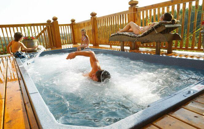 Le spa de nage Acrylique fait le bonheur des sportifs, des enfants et des personnes en quête de relaxation © Clair Azur Spas