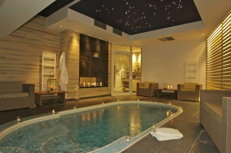 """Le spa de nage Mosaïque se pratique en toutes saisons à l'intérieur<span class=""""normal italic petit"""">© Clair Azur Spas</span>"""