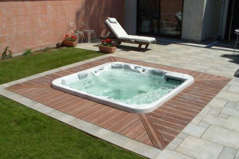 """Le spa extérieur : coeur du jardin<span class=""""normal italic petit"""">© L'Esprit Piscine</span>"""