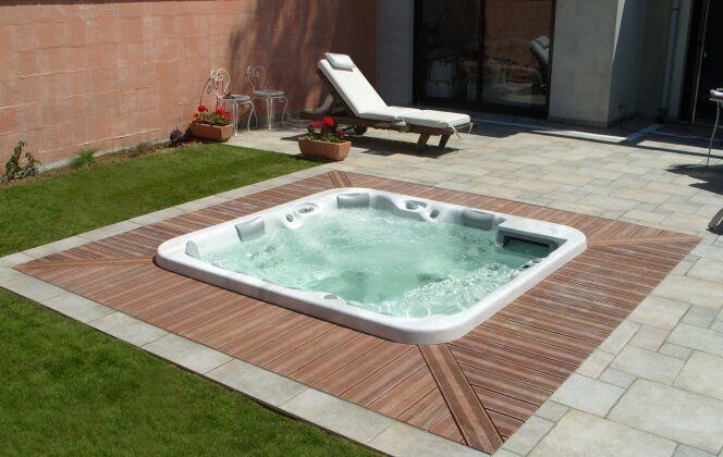 Le spa extérieur : coeur du jardin © L'Esprit Piscine