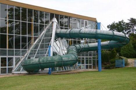 Le toboggan à virages de la piscine Charles Moreira à Vierzon