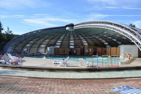 Le toit de la piscine de Privas se découvre en été
