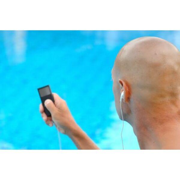 Lecteur mp3 tanche pour la piscine for Ecouteur pour piscine