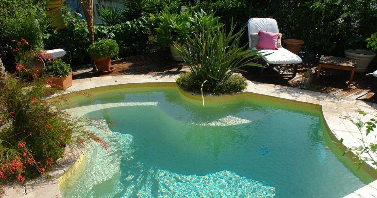 Plan à trois près de la piscine