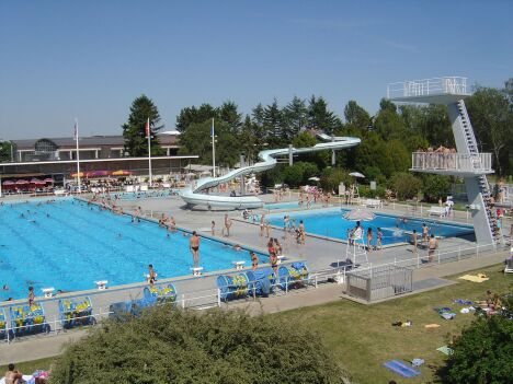 """Les bassins du centre nautique à Divonne les Bains<span class=""""normal italic petit"""">DR</span>"""