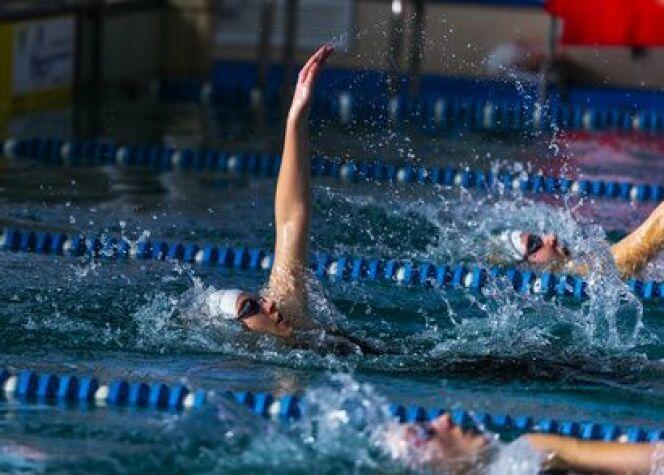 """Les bienfaits de la nage dos crawlé<span class=""""normal italic petit"""">© frinz - Fotolia.com</span>"""