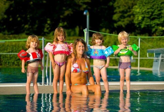 """Les bouées-brassards sont sécurisantes pour les enfants.<span class=""""normal italic petit"""">© Raviday.com et Sevylor</span>"""