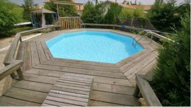 Les caillebotis autour de la piscine