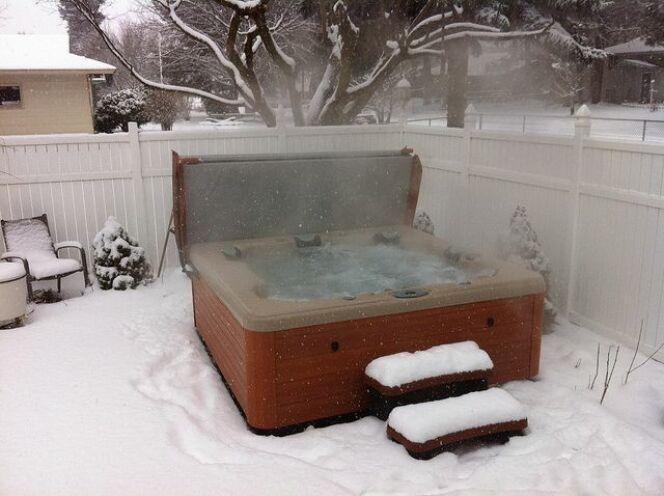 """Le couvercle de spa permet de préserver la température de l'eau.<span class=""""normal italic petit"""">© Jessie Huey</span>"""