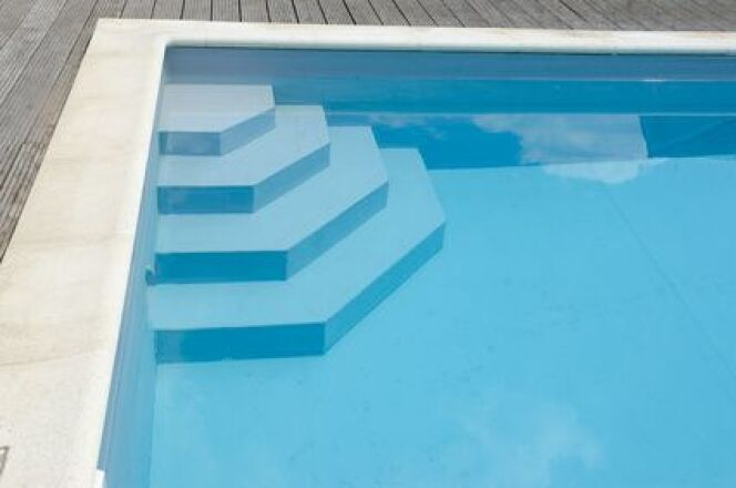 "Les escaliers de piscine en PVC<span class=""normal italic petit"">© via Fotolia.com</span>"