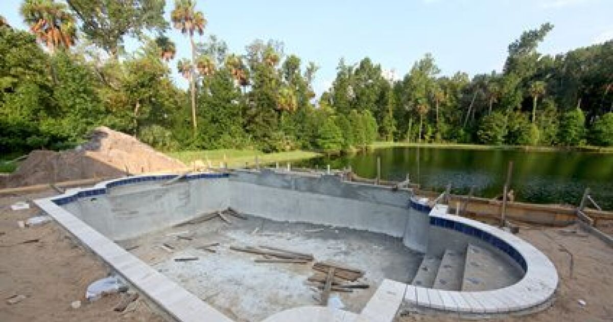 Toutes les tapes de la construction d 39 une piscine dans for Technique de construction piscine a debordement