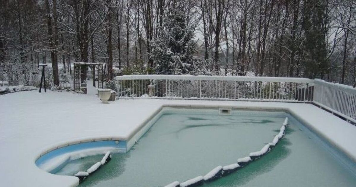 les flotteurs de piscine emp chez l 39 eau de geler pour un. Black Bedroom Furniture Sets. Home Design Ideas