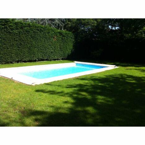 """Piscine liner bleu clair, avec margelles. Traitement de  l'eau au sel.<span class=""""normal italic petit"""">© Les Jardins de l'Ouest</span>"""