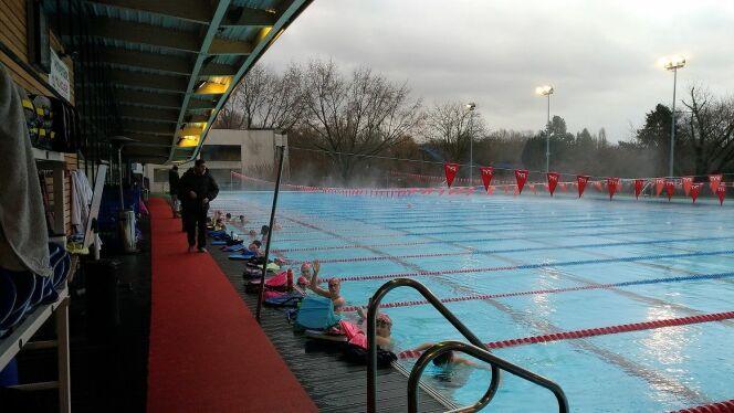 Les jeunes nageurs du Mulhouse Olympic Natation , attentif aux conseils de leurs coachs, s'apprêtent à démarrer leur entraînement matinal.