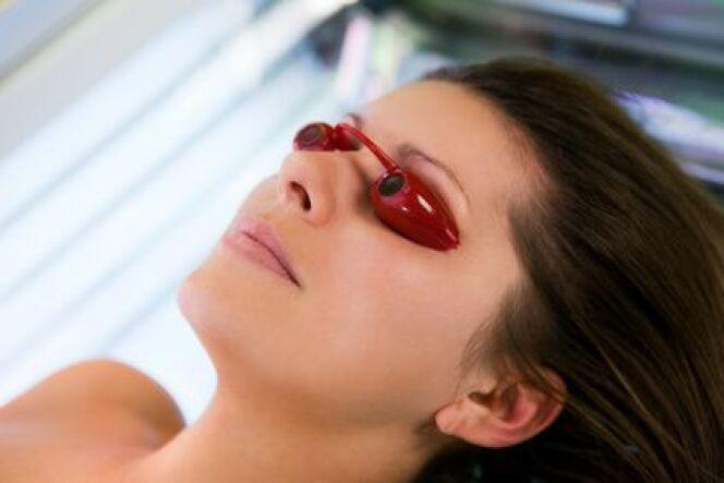 """Les lunettes de solarium sont indispensables pour protéger vos yeux pendant votre séance d'UV.<span class=""""normal italic petit"""">© apops - Fotolia.com.jpg</span>"""