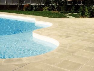 Les margelles de piscine en pierre reconstituée