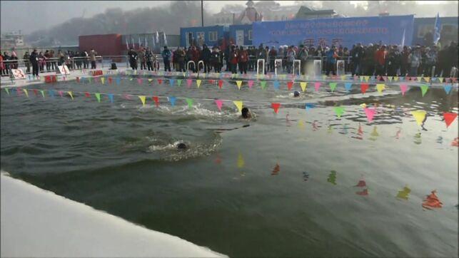 Les nageurs chinois s'élancent dans un bassin avec une eau à 1°.