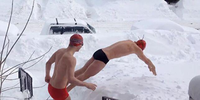 Les nageurs de cette équipe canadienne semblent habitués à plonger dans la neige.