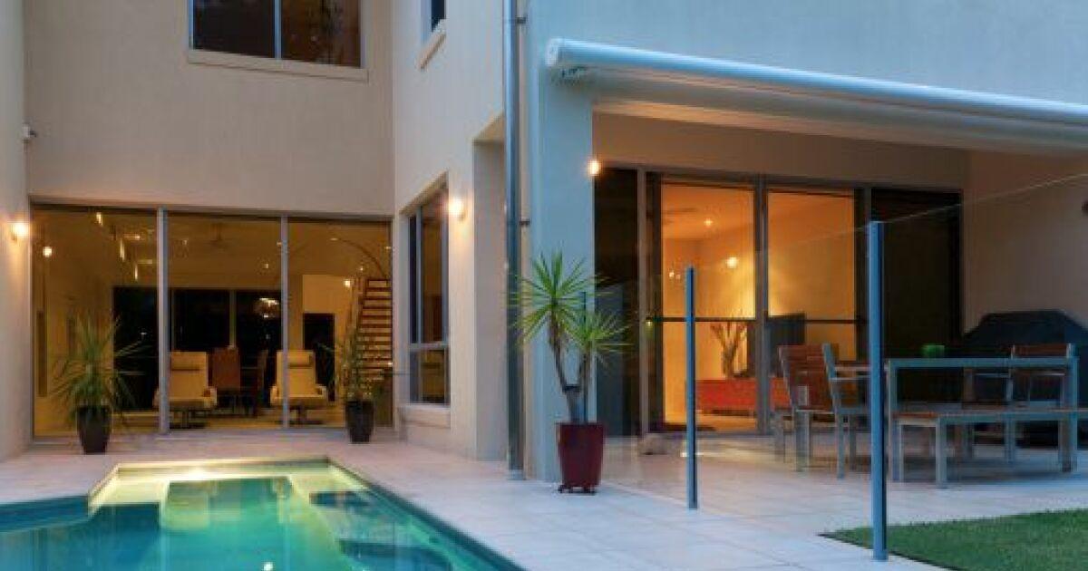 hauteur et normes pour une barri re de piscine. Black Bedroom Furniture Sets. Home Design Ideas